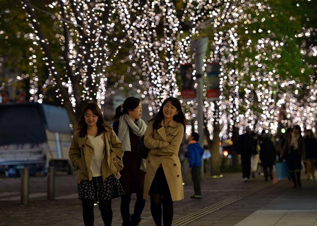 afp. nagyításhoz - égők, karácsonyi dekoráció, fények, fényfüzér, advent - People stroll under white LED illumination along the side of the street in Marunouchi in Tokyo on November 7, 2013, which will be displayed until the middle of February. Disney cha