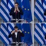 Az adósságmentő Ciprasz végre nyakkendőt vett, de a választásra a gatyáját is fel kell kötnie