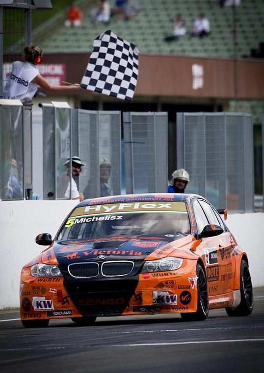 2012. május 6. - Mogyoród: Michelisz Norbert első helyen ér célba a túraautó-világbajnokság (WTCC) magyarországi állomásának második versenyén.