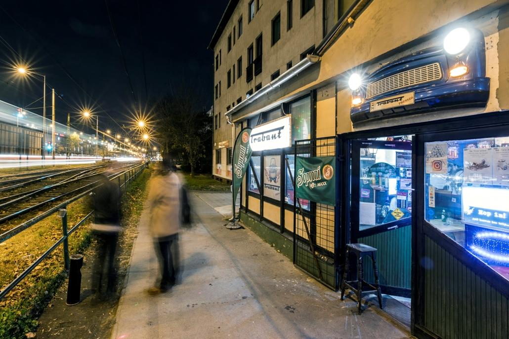 mti.17.11.05. - A zuglói Trabant Presszó előtt. A szórakozóhely bejárata is egy Trabant orral köszönti az érkezőket