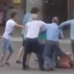 Videó: Bunyó volt a főtéren, a rendőr csak nézte