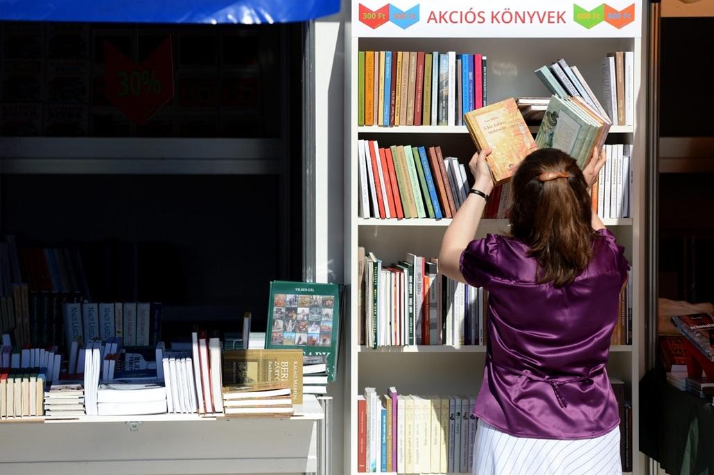 Megnyílt a XX. Budapesti Nemzetközi Könyvfesztivál, Egy eladó könyveket rendez a XX. Budapesti Nemzetközi Könyvhéten a Millenáris Teátrumban 2013. április 18-án. A több mint 300 programot kínáló rendezvényen mintegy 50 ezer kiadvánnyal, köztük 300-nál is
