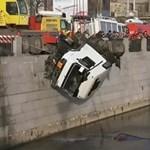 Videóra vették, ahogy egy tartályos kamion belezuhan a folyóba