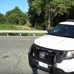Vezetés közben nyomkodta a mobilját a rendőr, elütötte a kerékpárost – videó