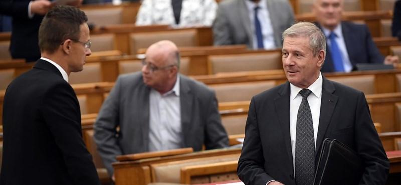 Maszkok és tesztek háborújába fulladt a parlamenti ülés