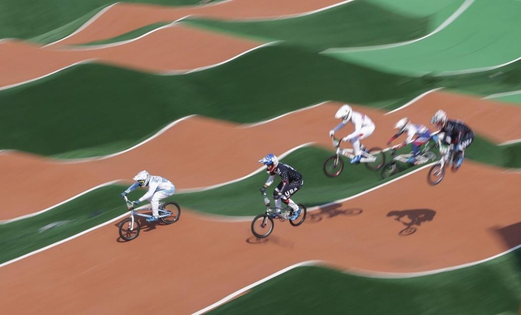 afp.16.08.18. - Az amerikai Corben Sharrah (középen) a női BMX kerékpárverseny negyeddöntőjében az Olimpiai BMX Központban augusztus 18-án. - olimpia, riói olimpia 2016, olimpia 2016