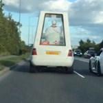 Szokatlanabb páros nem is lehetne, Pápamobil mellett egy Audi R8 az autópályán – videó