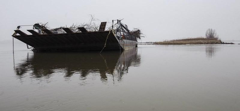Fotók: 40 kilométert sodródott az elszabadult tiszacsegei komp, Tiszanánánál akadt el