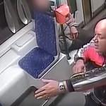 Ezt a férfit keresik, mert a társával összevert és kirabolt egy utast a villamoson – videó