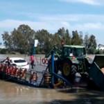Videó: küzd a traktoros, de végül a folyóba csúszik a kompról