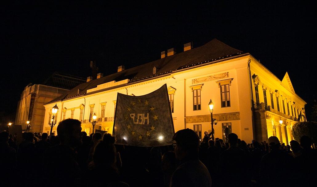 bzs.17.04.10. - CEU tüntetés, spontán tüntetés, Sándor palota
