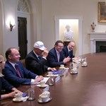 A román elnök Make Romania Great Again feliratú sapkát kapott Trumptól