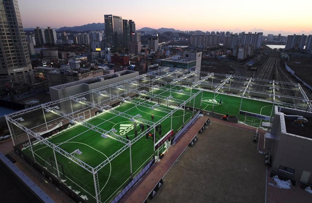 afp.16.12.17. Szöul Dél Korea - Futsal pályák egy szöuli bevásárlóközpont tetején