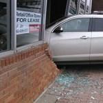 Hátramenet helyett sebességbe tette az autót a forgalmi vizsgán, a vizsgaközpont épületében állt meg a kocsi