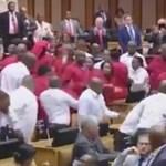Tömegbunyó tört ki a dél-afrikai parlamentben - videó