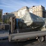 Fotó: Új szobrot tettek a helyére éjjel a Kossuth téren