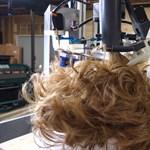Az hagyján, hogy elkészült a hajat nyíró robot, a feltalálója be is feküdt alá