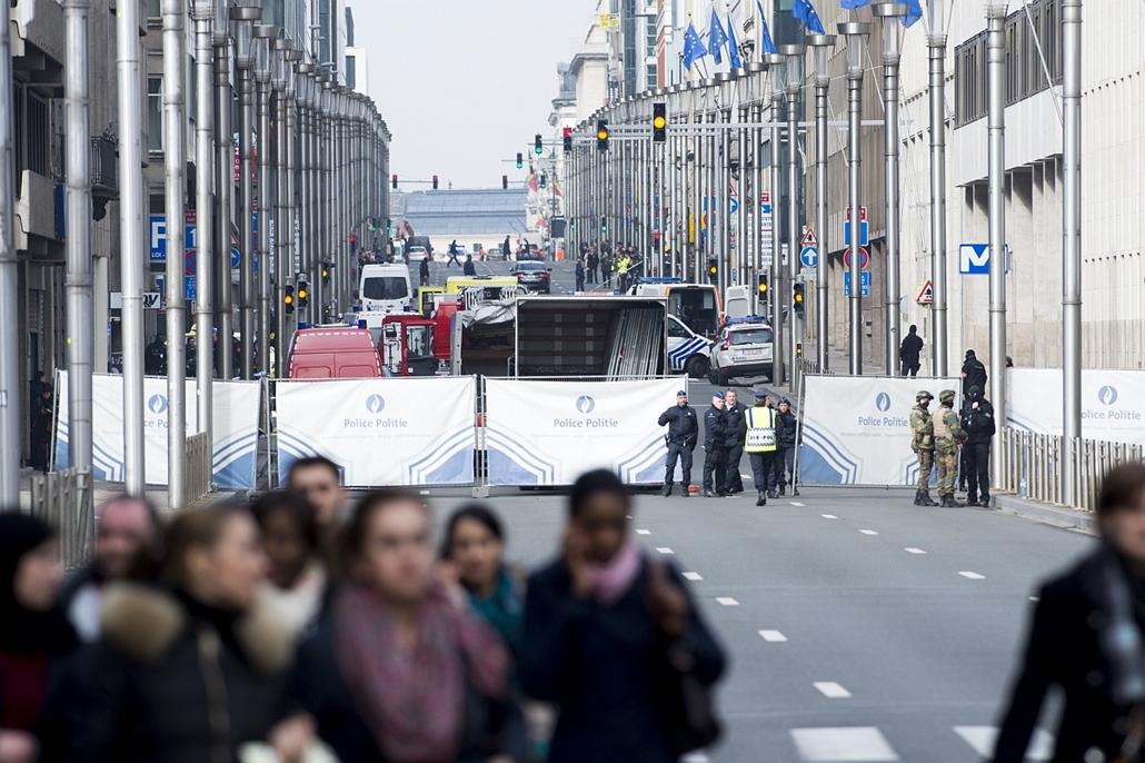 afp.16.03.22. - Brüsszel, Belgium: robbantás a Maalbeek metrómegállónál (Malbek) - Mentőegységek a Maalbeek metróállomásnál - belga robbantás, Malbek, Maalbeek