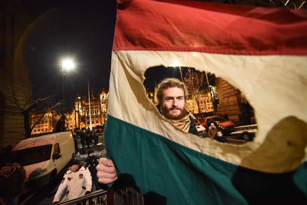 map.18.12.16. tüntetés a rabszolgatörvény és a különbíróságok ellen
