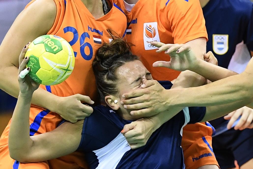 afp.16.08.08. - Az argentin Rocio Campigli holland játékosok között a női kézilabda B csoportjának mérkőzésén augusztus 8-án. - olimpia, riói olimpia 2016, olimpia 2016
