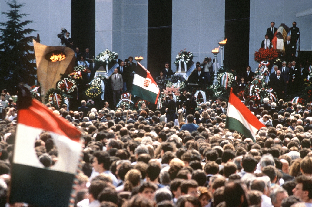 afp. Nagy Imre újratemetése 1989.06.16. Budapest - Budapest : Crowd waits in front of the coffin of former Hungarian leader Imre Nagy during the re-burial ceremony at the National Gallery in Heroes' Square, Budapest, on June 16, 1989, 31 years after his e