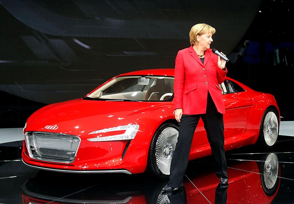 Angela Merkel német kancellár bemutatja az új Audi R8 e-tron modellt a 63. Frankfurti Nemzetközi Autószalon nyitónapján.