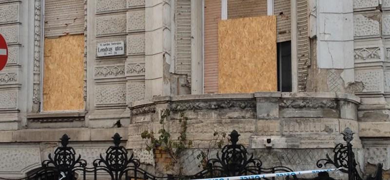 Fotó: Így néz ki a Fidesz-székház másfél hónappal a netadótüntetés után