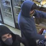 Videó: Belenézett a kamerába az egyik óbudai fegyveres rabló