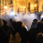 Újabb hat Kossuth téri tüntető ellen emeltek vádat