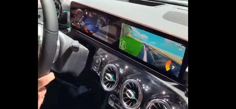 Zseniális: szimulátorozni is lehet az új Mercedesben, a kocsi kormányával – videó