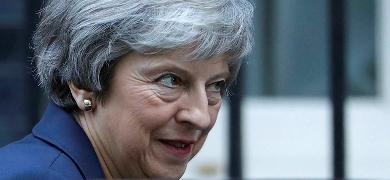 Elbukott a puccs: Theresa May megnyerte pártja bizalmi szavazását