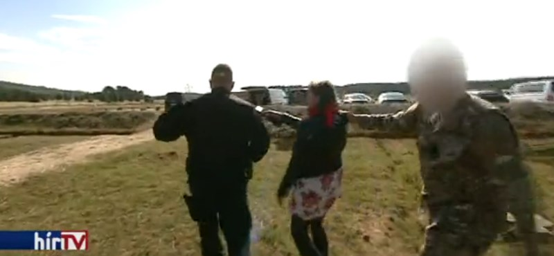 Kérdést kapott a TEK-vezér a Hír Tv-től, egy terepruhás rángatta el a riportert