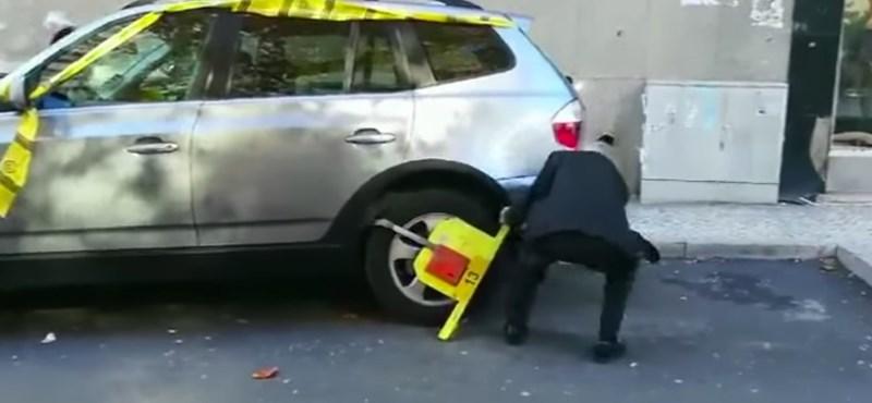 Nem tudjuk, hogyan csinálta, de simán kiszabadult a kerékbilincsből ez az autós – videó