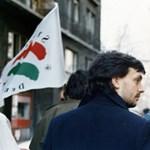 Nézegessen fotókat, ahogy a fiatal Orbán Viktor SZDSZ-es zászlók mellett tüntet