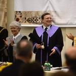 Barroso viccelődik, Brüsszel hallgat