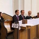 Fotó: VIP-padba ültek a fideszes politikusok a templomban
