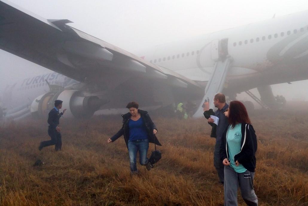 afp.15.03.04. - Katmandu, Nepál: repülőgép-baleset Nepálban - mobillal készült fotó - a Turkish Airways török légitársaság sérült Airbus A330-as utasszállítójának kimenekített utasairól a katmandui Tribhuvan nemzetközi repülőtéren - 7képei