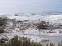 Földcsuszamlást videóztak Norvégiában, nyolc ház szakadt a tengerbe