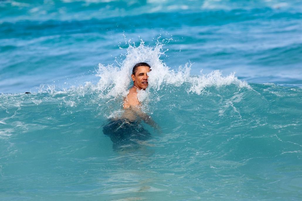 lehetőleg ne - flickrCC_! - 12.01.01. - Kaneohe, Pyramid Rock Beach, Hawaii, USA: Barack Obama és családja a szokásos újévi Hawaii pihenőjén 2012. január 1-én, Obama gyermekkorának helyszínén. - Barack Obama nagyítás