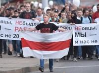 Több ezren tüntetnek a fehérorosz kormány székházánál Minszkben