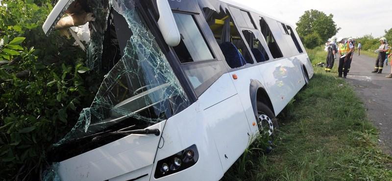 Árokba borult egy távolsági busz, mentőhelikoptert küldtek a sérültekért