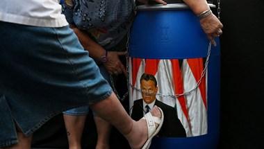 Dühödten verték Orbán arcképét a DK-s tüntetésen
