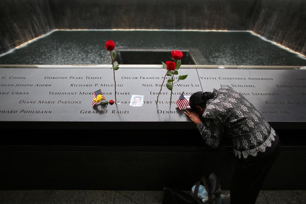 afp.14.09.11. - New York, USA: gyászoló nő férje nevénél a World Trade Center emlékhelyén - világkereskedelmi központ (World Trade Center) elleni támadás évfordulója - wtc, 911