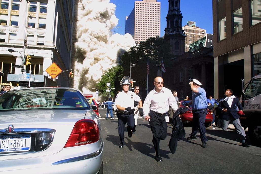 afp.01.09.11. , Rendőrök és járókelők menekülnek az utcákon, miután az első eltérített gép becsapódott a World Trade Center ikertornyába.