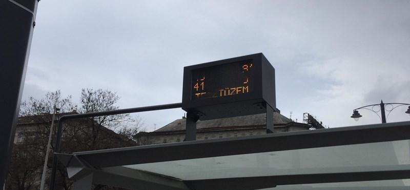 Futárka: apró kijelzőt ültettek a Bem téri villamosmegálló tetejére – fotó