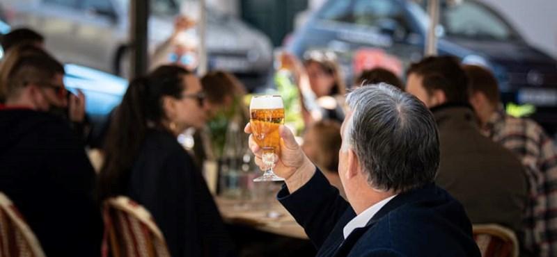 Nem csak ígérgetett: Orbán Viktor megivott egy sört egy teraszon