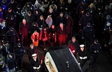 Fotók: Több ezren kísérték a meggyilkolt lengyel polgármester koporsóját