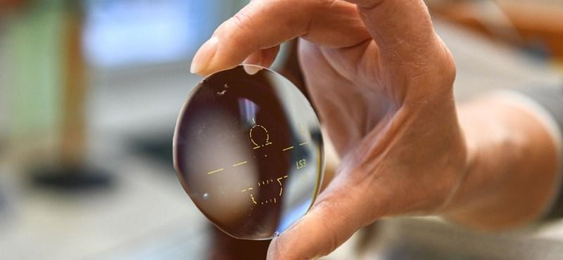 Az országban már több helyen nyomtatják a szemüvegkereteket