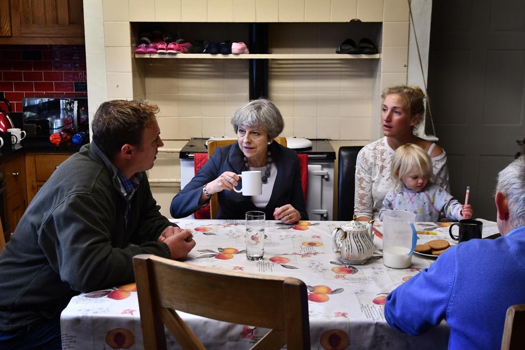 afp.17.06.06. - Theresa May brit miniszterelnök a kampány alatt egy farmer családnál Walesben