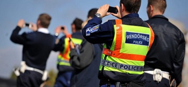 Rendőrök vinnék az iskolaigazgatóhoz a lógós diákokat